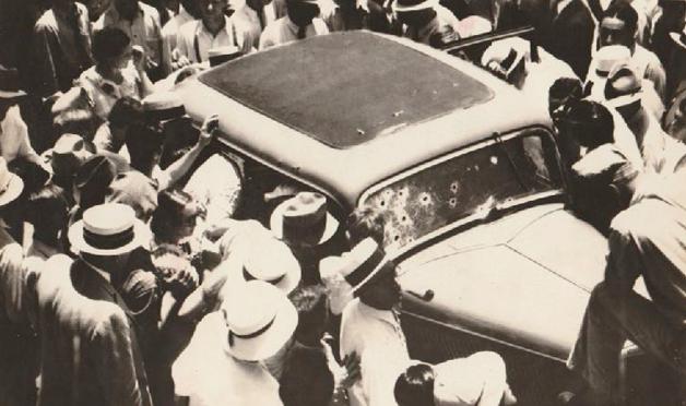 Multidão rodeando o carro da dupla