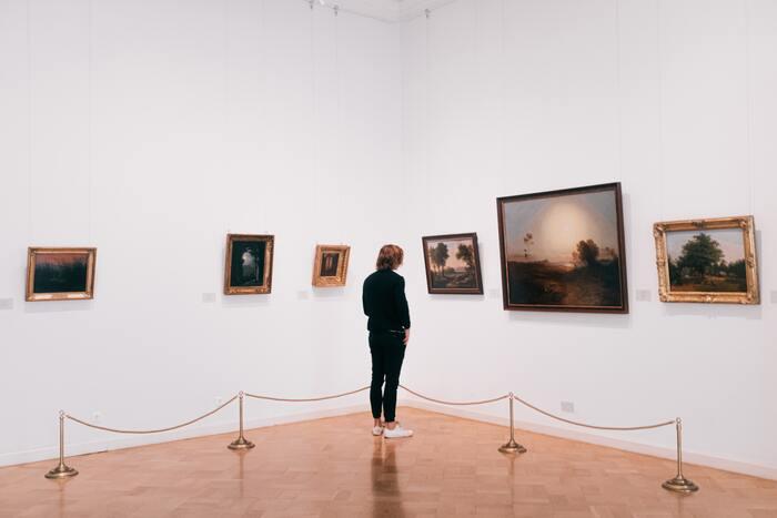 Quais são os funcionários de uma galeria de arte?