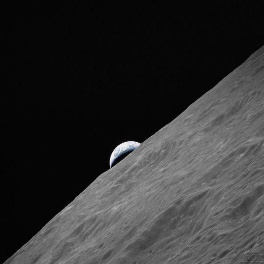 A Terra nasce no horizonte lunar