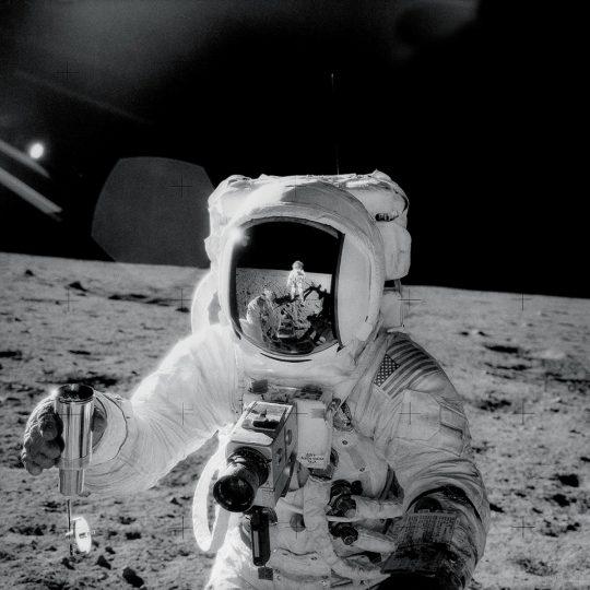 Alan Bean com amostra de solo lunar - NASA
