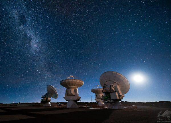 Antenas ALMA sob a Via Láctea
