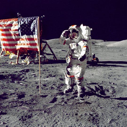 Cernan saúda a bandeira