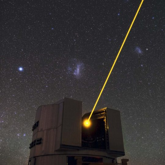 O Laser do Yepun e as Nuvens de Magalhães